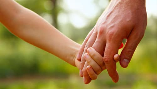 Взрослые помогают несовершеннолетним